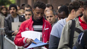Des demandeurs d'asile attendant devant Fedasil à Bruxelles