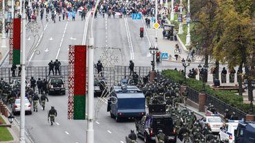 Des forces de sécurité bloquent une rue aux opposants qui manifestent à Minsk le 25 octobre 2020