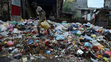 Des déchets dans une rue de la ville de Colombo, capitale du Sri Lanka, le 26 juin 2017