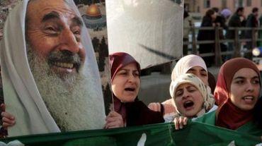 des militantes du Hamas avec le portarit du Cheik Yassine, leader spirituel du mouvement islamiste, tué en 2004