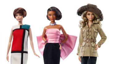 Mattel et le Musée Yves Saint Laurent Paris dévoilent trois poupées Barbie habillées des pièces iconiques du grand couturier français.