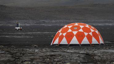 L'île volcanique perdue au milieu de l'Atlantique-Nord a quelque chose en elle de martien, avec son sable noir de basalte, ses dunes façonnées par le vent...