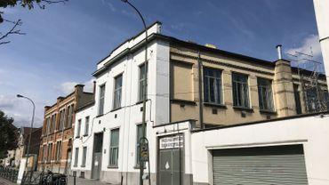 L'école numéro 13 de Molenbeek est logée dans un bâtiment qui a un siècle et qui a subi l'épreuve du temps