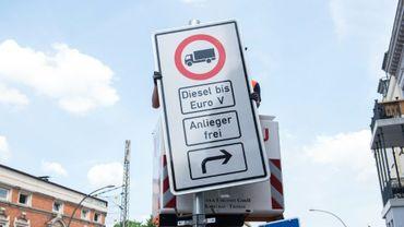 Un panneau d'interdiction de circulation des voitures diesel fixé à Hambourg (nord de l'Allemagne) le 15 mai 2018