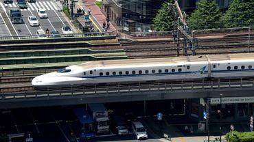 La compagnie ferroviaire japonaise JR West a obligé des employés à s'asseoir près des rails au passage d'un train rapide Shinkansen roulant à 300 kilomètres heure