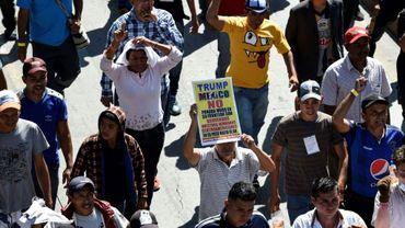 Un grupo de migrantes centroamericanos se manifiestan en Ciudad de México para protestar ante la sede de ACNUR el 8 de noviembre de 2018, en una parada en su periplo hacia Estados Unidos