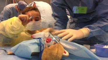 Opération délicate au ventre pour le nounours d'Elias