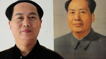 L'acteur chinois Xu Ruilin (g), sosie de Mao Tsé-toung, pose devant un portrait du fondateur de la Chine populaire, le 27 janvier 2015 chez lui à Liaocheng, dans la province du Shandong