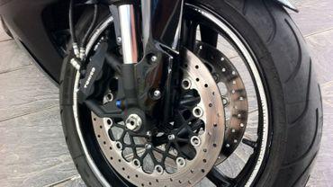 Le motard a perdu le contrôle de sa machine et est allé s'encastré dans le rail de sécurité (illustration).