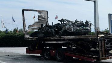 La carcasse carbonisée d'un camion dans lequel ont péri 11 migrants présumés le 13 octobre 2018 dans le nord de la Grèce.