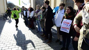De nombreuses manifestations ont eu  lieu contre ce traité; ici, en Allemagne, le 18 avril
