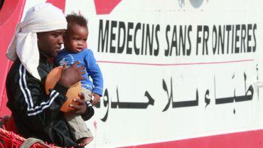 Des migrants quittent le bord du Prudence de MSF.