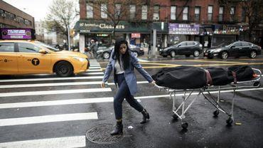 Alisha Narvaez, une responsable des pompes funêbres International Funeral & Cremation Services, transporte un corps le 24 avril 2020 à Harlem, à New York.