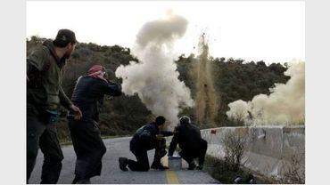 Des rebelles actionnent une bombe près d'Idleb, le 20 mars 2012