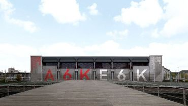 """Le nouveau centre d'innovation économique en face de la """"passerelle"""" du quai 10 sur la Sambre"""