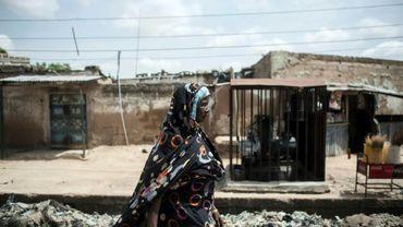 Une femme marche dans une rue de Maiduguri, la capitale du nord-est du Nigeria, régulièrement visée par le groupe jihadiste Boko Haram, le 7 juillet 2017