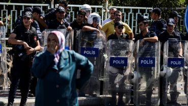 La police turque surveille une manifestation à Diyarbakir, en Turquie, le 9 septembre 2016.