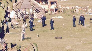 Une trentaine de policiers étaient présents lundi sur la plaine de Keelbeek, en vue de démonter le campement des opposants à la future prison.