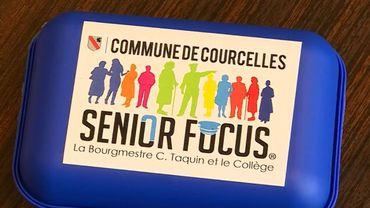 """Ces boîtes à tartines, bleues, portaient l'inscription """"Commune de Courcelles - la bourgmestre Taquin et le collège"""". Une publicité électorale déguisée ?"""