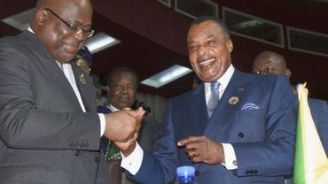 Le président de la RDC Felix Tshisekedi (à gauche) serre la main de son homologue congolais Denis Sassou Nguesso lors du sommet de l'UA à Niamey le 7 juillet 2019