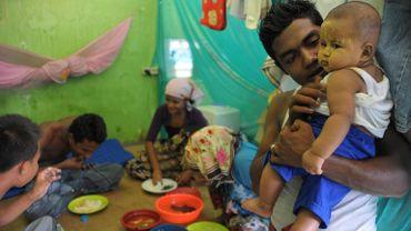 Une famille de réfugiés Rohingya dans une tente d'un centre d'accueil à Blang Ado (nord d'Aceh), le 26 mars 2016.