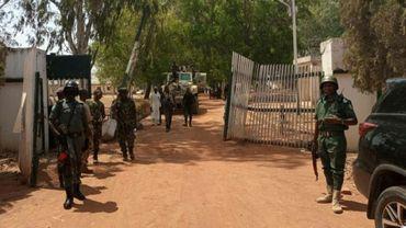 Des soldats et policiers à l'entrée d'un collège à Mando, au Nigeria, le 12 mars 2021, après un assaut par des hommes armés