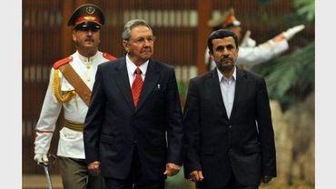 Le président iranien Mahmoud Ahmadinejad (D) et son homologue cubain, Raul Castro, le 11 janvier 2012 à La Havane, à Cuba