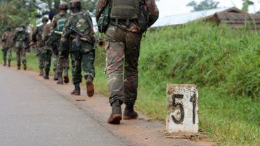 Des soldats congolais le 31 décembre 2013 en République démocratique, près de la frontière avec l'Ouganda