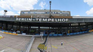 Fermé fin 2009, Tempelhof va ainsi accueillir dans l'un de ses hangars 73 tentes en train d'être montées samedi par des soldats, des pompiers et des volontaires.