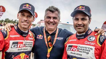 Jean-Marc Fortin (au centre) avec Nasser Al-Attiyah (à droite) et le co-pilote Mathieu Baumel (à gauche).