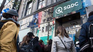 Plusieurs consommateurs de la drogue douce avaient déjà tenté leur chance mercredi, mais n'avaient finalement pas pu accéder aux magasins de la Société québécoise du cannabis (SQDC) malgré plusieurs heures d'attente.