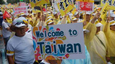 Près de 10.000 employés du secteur du tourisme taïwanais exigent des mesures du gouvernement, à Taipei le 12 septembre 2016