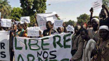 Des manifestants protestent contre la mise en place d'une intervention militaire internationale pour la reconquête du nord Mali, le 18 octobre 2012 à Bamako