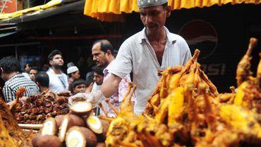 Bangladesh: les vendeurs préparent la nourriture pour l'iftar