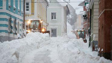 Des chasses-neige déblaient une rue de Vordernberg, dans le centre de l'Autriche, le 10 janvier 2019