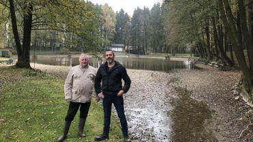 Philippe Danvoye et Sébastien Pierret devant l'étang de la Demoiselle.