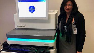Pascale Hilbert à côté du nouveau séquenceur ADN