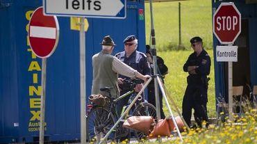 Un homme discute avec un policier à un point de contrôle sur la route menant à l'hôtel où se réunit le groupe Bilderberg, , en Autriche, le 11 juin 2015