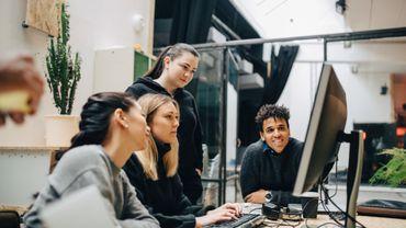 Plusieurs personnes autour d'un ordinateur.