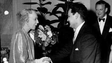 Jaime Laredo félicité par la reine Elisabeth, lors de sa victoire au Concours Reine Elisabeth en 1959.
