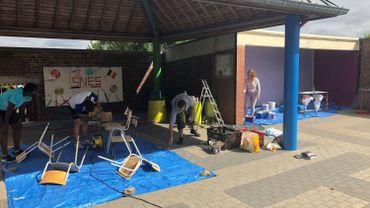A Gembloux, quatre jeunes ont entamé cette semaine des travaux de rafraîchissement et de décoration dans une école.