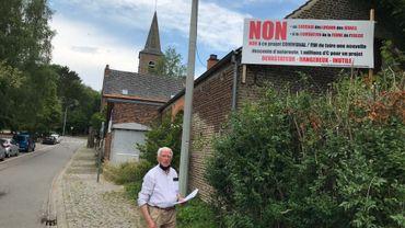 Le conseiller communal Michel Coenraets s'oppose au projet. L'ancien bourgmestre et ancien sénateur ne veut pas voir passer la nouvelle bretelle de sortie d'autoroute juste derrière l'église et le local des scouts. Actuellement, le trafic automobile sortant de l'E-411 (dans le sens Bruxelles-Wavre) aboutit à la place du village, devant l'église.