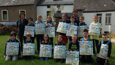 Le conseil communal des enfants, à Tintigny, montrant fièrement l'une de leurs dernières réalisations.