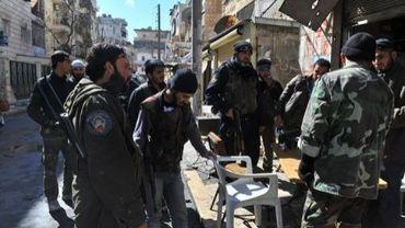Des rebelles syriens improvisent une réunion à Alep le 23 mars 2013