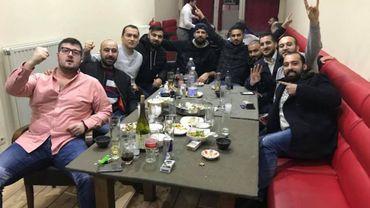 Kenan Aydogan, deuxième en partant de la droite, fait le salut des Loups-Gris