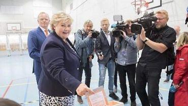 """La droite de la Première ministre sortante arrache la au terme du """"thriller national""""."""