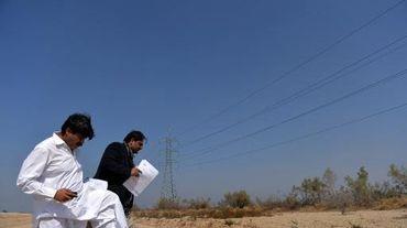 Raja Waqar (d), patron de la société pakistanaise Safe Solar Power, visite le site du futur parc solaire de Badaiwani Wala, au Pakistan, le 17 février 2014