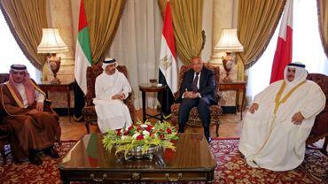 Les ministres des Affaires étrangères saoudien Adel al-Jubeir (g), émirati Abdallah ben Zayed Al-Nahyane (c-g), égyptien Sameh Shoudry (c-d) et bahreini Khalid ben Ahmed al-Khalifa (d) lors d'une réunion sur la crise avec le Qatar, le 5 juillet 2017 au Caire