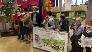 Les défenseurs du square Léopold sont venus manifester dans le calme, avec un bâillon sur la bouche.