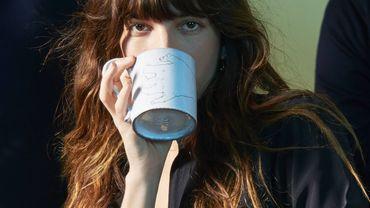 L'actrice Lou Doillon s'associe avec Astier de Villatte  autour d'une collection de tasses en céramique blanche.